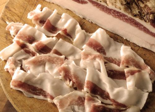 varkensnek nek pancetta coppa bacon guanciale charcuterie italiaanse vleeswaren italie italiaans luxe kinnebak gedroogd gezouten buikspek procureur gerookt